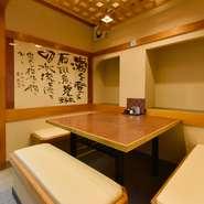 新潟の郷土料理とお酒を堪能しながら、気の合う仲間と宴会はいかが。1階のテーブル席のほか、地下には16名まで対応可能な部屋も完備されています。宴会に最適なコースメニューも充実。