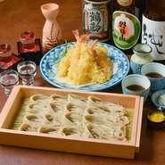 天麩羅をつまみに日本酒を楽しみ、〆にそばを食べるのが人気のスタイル。プリプリの海老の天麩羅は1人前につき2本で、花を咲かせた衣はサクッと軽やか。飲み会などにおすすめです。