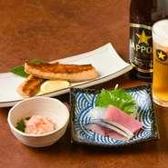 『塩引き鮭はらす焼』、『鮭の塩辛』、『旬の刺身』など、新潟県村上の郷土料理を一度に味わえる欲張りな晩酌セット。飲み物はビール、日本酒、焼酎、サワーなどから選べます。