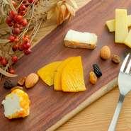 フランス・イタリア産だけではなく、時には国産の少し珍しいチーズも味わえる盛り合わせ。国産のチーズは、外国産のものとまた風味が少し違って面白いです。