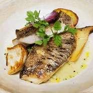 その日に仕入れているお魚と野菜を使い、日替わりでお作りしてます。 写真は黒ムツのグリルです