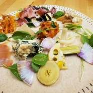 奈良で採れた新鮮なお野菜を使った様々な惣菜を盛ってます❗ ハーフサイズは700円  写真はイメージです。