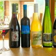 日替わりで入荷するためワインリストはなく、ゲストの好みや要望を聞いて、それに合ったものを提案・提供してくれます。ボトルは常時30種類以上、グラスも赤・白合わせて5~6種類と豊富。