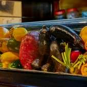 新鮮な食材が溢れる店内。ショーケースには旬野菜がぎっしり