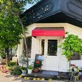 街の雑踏から少し外れに佇むカフェ