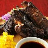 香ばしく焼き上げられたスペアリブ(骨付きばら肉)。スパイス香る特製ソースと共に、豪快にかぶりつきたい逸品です。