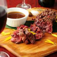 内臓系の部位でありながらも、幅広い層に人気のハラミ。ジューシーな食感を存分に味わうステーキは、赤ワインの相手にもぴったりです。