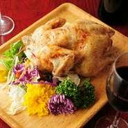 丸ごと一匹焼き上げた贅沢な『鶏の丸焼き』を、気軽に味わうことができるのもこちらのお店の魅力。友人とシェアしてみませんか。