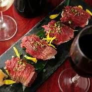新鮮な素材を活かした肉寿司も、気軽にオーダーできます。一貫ごとの食べ応えや満足度も抜群。〆の逸品としてもオススメできる逸品です。