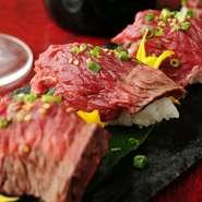 料理人オススメのメニューは『肉寿司』。新鮮な素材を扱ったこだわりの一貫。素材の鮮度にこだわっている【個室肉バル 風林火山 渋谷店】ならではの人気メニューです。