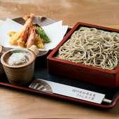 九州や沖縄産の活車海老を2本使用。のどごし抜群のお蕎麦を贅沢に楽しめる一品『車海老天もり』