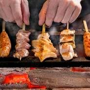 紀州の備長炭で焼き上げる本格的な地鶏料理が満喫できる一軒です。新鮮素材を使った、店で一から手づくりする料理はどれも滋味深い味わい。料理のアレンジや好みの調理法など気軽にリクエストが可能です。