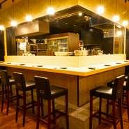 厨房に面したL字型のカウンター席は、一人で訪れるゲストもリラックスして食事が楽しめる特等席です。厨房からの香りや音を楽しみながら逸品料理に舌鼓をうつ、至福のひとときが待っています。