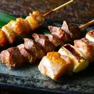 鳥取県の銘柄鶏『大山鶏』を使った焼鳥や逸品料理が【炭火酒処 いろどり】の看板商品です。日本人の好みにぴったりと合う、脂と肉の絶妙なバランスと肉本来の美味しさが凝縮した大山鶏の魅力に引き込まれます。
