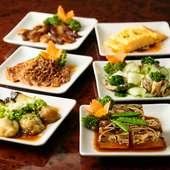 肉や野菜、魚など季節の素材も多く取り入れられた『前菜各種』