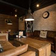 レザーやデニムを使用した座り心地の良いソファや、ウッディで開放的な空間がフォトジェニック。アイアンチェアーや照明など、インダストリアルな雰囲気もあり、インスタ映えもするオシャレなカフェバーです。