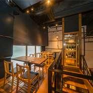 木がふんだんに使われた店内は、落ち着いた雰囲気で、ゆったりお酒を飲みながら食事を楽しむのにピッタリ。2階にはテーブル席が用意されており、団体での利用もOKです。