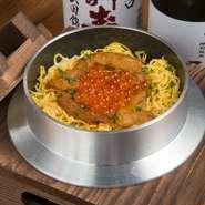 食事の〆には、地元の棚田米にこだわり、丁寧に炊きあげた釜飯がオススメ。ウニとイクラの贅沢な味のコントラストが、食べる者を魅了してやみません。お腹一杯でも、別腹でどんどんお箸が進みます。