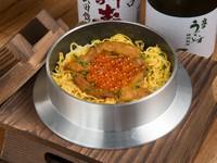 豊かな磯の風味が食欲をそそる『特選釜飯 ウニとイクラ』