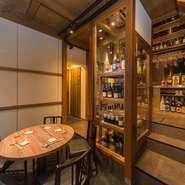 店に入るとまず目を引くのが大きなセラー。2階~1階に繋がっており、ワインだけではなく、日本酒も適度な温度設定で管理されています。料理と合わせて楽しめ、辛党にはうれしい限りです。