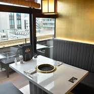 格調高いレストランを思わせるような、優雅でおしゃれな雰囲気の個室を完備。こんな雰囲気の中でいつもと違う宴会はいかがですか。人数に合わせて個室の調整も可能です。