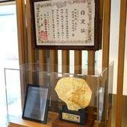 2018年11月、神戸肉流通推進協議会の「神戸ビーフ」指定登録店の認定を受けています。指定証とブロンズ像が本物の神戸ビーフを扱っているという証。時を経ても記憶に鮮やかに残る味を堪能できます。