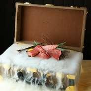 ご夫婦の結婚記念日やご家族のお誕生日会、恋人との記念日やご友人のサプライズパーティーなど。宝箱やお肉の提供方法など、希望に沿った演出にも対応してくれます。