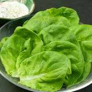 肉の旨みと甘みのある脂。「神戸ビーフ」のおいしさを贅沢に味わう一枚。卵黄に絡めいただけば、濃密な至福が口いっぱいに広がります。※写真は二人前です。