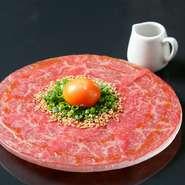 A5ランク黒毛和牛のお肉を薄切りにスライスした新しいスタイルのユッケです。全国でも数が少ない牛生食取り扱いに関する新基準を満たした、生肉取扱店ならでは。生肉の食感と濃厚な旨味をぜひ賞味あれ。