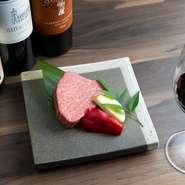 焼肉と韓国料理のふたつが織りなす上質なおもてなし。焼肉とのマッチングも楽しめるワインも赤白スパークリングと充実。特別な日のデートに最適な一軒です。