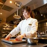 キムチ・ナムルは店内で手づくり。韓国・ソウルに滞在し現地の食文化と向き合ってきた料理長が魅せる伝統の味。四季折々の素材を活かしたおもてなしは、ゲストの舌に歓びを与えています。