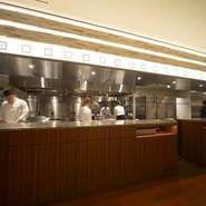 全長10メートルあるというオープンキッチンにも注目。ショーさながらの臨場感を味わいながら、料理を待つ至福のひととき。五感を楽しませるおもてなしが自慢です。