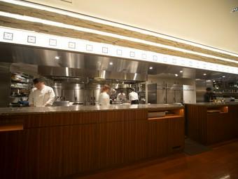 10メートルのオープンキッチンは抜群の臨場感