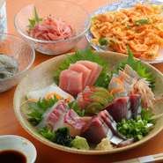 「食材の宝庫」こと静岡県の食文化を発信している【銀座 乃だや】。「しずおか和牛」や「朝霧放牧豚」といった肉はもちろん、「桜海老」や「生しらす」、「折戸なす」など、上質なものを厳選しています。