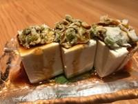 静岡産の山葵に漬けたマグロをいただく一品。素材そのものが持つ力強い味わいとともに、鼻孔をツーンと突き抜ける辛さが何ともクセになります。日本酒との相性もばっちりで、ついつい箸が進みそうです。