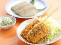 蓮根を、魚のすり身を挟んで揚げています。塩胡椒で召し上がって貰います。常連のお客様に人気のめにゅーです。