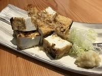焼津より取り寄せた黒はんぺんを香ばしく焼き上げています。生姜醤油で酒の肴には相性抜群です。 (1皿2枚)