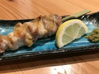 静岡の鶏肉「いきいきとり」は飼料に拘り、抗生剤や化学物質等を飼料に入れず、健康で肉質の良い鶏です! 塩焼きはレモンと柚子胡椒で、タレ焼は山椒を付けて召し上がって下さい。