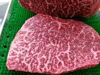 静岡のブランド肉、「静岡そだち」のもも肉を厚切りカットで串焼きに!もも肉の希少部位、「芯しん」の歯ごたえが有りながら噛んで味の出る美味しさが堪らない1品。