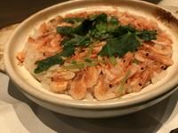 二人前より(+250円で椀付) 駿河湾の幸、生の桜海老をタップリと入れ土鍋で炊き上げた「桜飯」。桜海老の風味と味が両方楽しめる季節の御飯です。