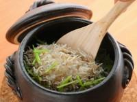 最後の〆に大人気の「しらす飯」。静岡 用宗産のしらす干しをタップリと入れ独自の昆布出汁で炊き上げています。追加で「いくら」のトッピングもお薦めです。 1合 約3人前です。