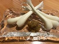 夏が旬のこちのお造り!筋肉質が強くコリコリと歯応えの有る魚。豊洲市場で活き〆を選びます。