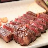 千葉県が誇る銘柄牛を使い、頂点の旨みに焼き上げ。赤身と脂のバランスがよく、華やかな風味のサーロインでありつつ、赤身肉の旨みをしっかり満喫できて、後味もさっぱり。旬野菜のグリルが付きで大満足の逸品。