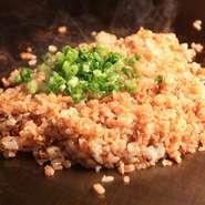 天然ハーブ入り飼料で育った鶏が生む滋味豊かな卵、千葉県産コシヒカリで仕上げる自慢の〆飯。パラパラッと香ばしい食感&奥深い味わいが絶妙で、鉄板焼のフィナーレにぴったり。東金産味噌の赤出汁と共にいかが。