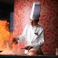 お客様の目の前で料理をつくり、出来立てを供する鉄板焼の醍醐味を楽しい会話とともにお届け。ハイクラスホテルのホスピタリティを提供しつつ、フレンドリーな雰囲気に徹するのも持ち味。