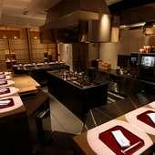 調理場の迫力を間近で感じながら、できたて熱々の料理に舌鼓