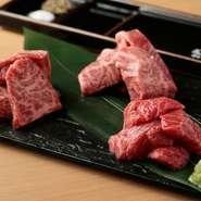 最高級ステーキ店に卸される神戸牛と同ランクの肉を渾身の仕入れ。市場には流通しない、シンタマやランイチなどの希少な赤身部位を用意し、その日一番の三種をご提供します。塩・こしょう、刻みわさび醤油を添えて。