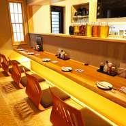 珍しい座敷タイプのカウンター席は、デートでの利用にも好適。掘りごたつタイプなので、ゆっくりのんびり過ごすことができます。隣同士で距離を縮めながら、静かにまったりと食事やアルコールを楽しみませんか。