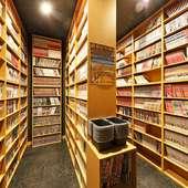 壁一面に広がる本棚、趣味で集められたマンガ本は圧巻の冊数