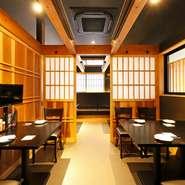 木目の中に黒いインテリアが配置された店内は、シックで落ち着いた雰囲気の和風空間。各テーブルに設置されたロールスクリーンでほぼ完全な個室として利用できます。間仕切りを外せば最大36名まで収容可能です。